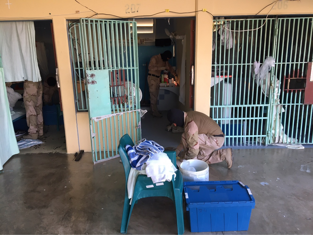 Politie en Defensie doorzoeken cellen