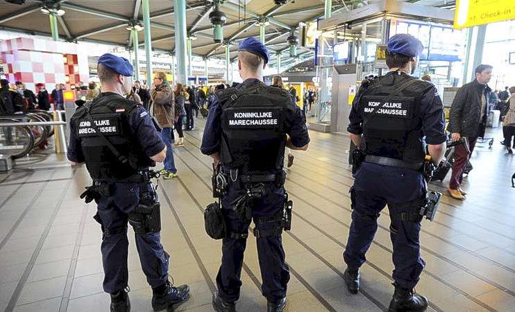 Marechaussee arresteert agressieve Nederlander na aankomst vlucht Curaçao