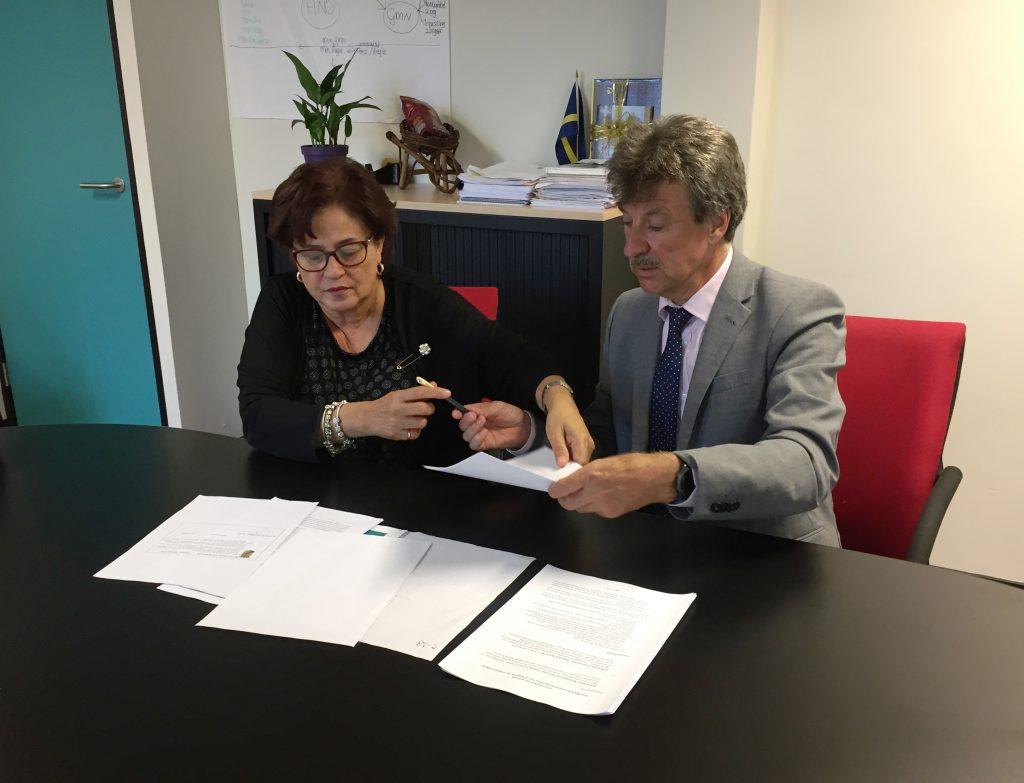 Ex-inspecteur Jan Huurman signeert zijn boek over Curaçao in Nijmegen
